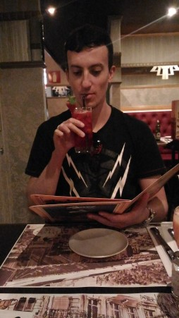 Lucas bebendo drink de Perrier com morango