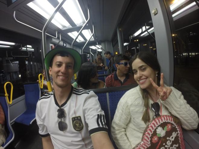Cansados e felizes voltando para o apartamento usando o transporte público! rsrs