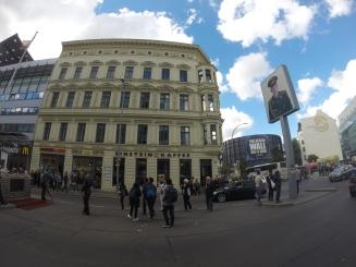 Pedestres procurando o melhor ângulo para fotografar