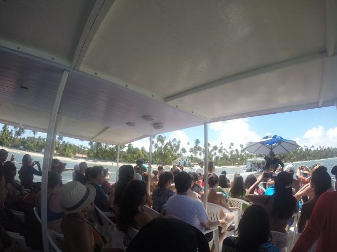 Catamarã com música ao vivo e capela ao fundo