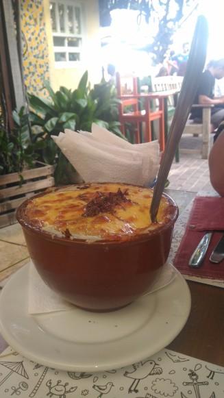 Gratinado de macaxeira com carne de sol e queijo coalho