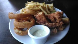Peixe, batata e onion rings